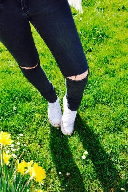 Schwarze Hose & Weiße Chucks